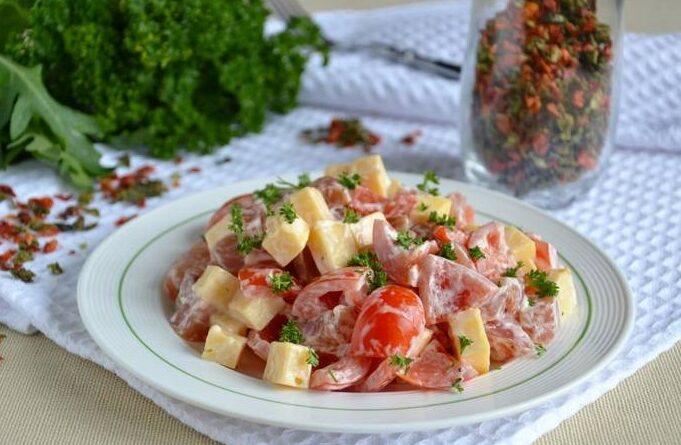 salat-s-kuricej-pomidorami-i-syrom