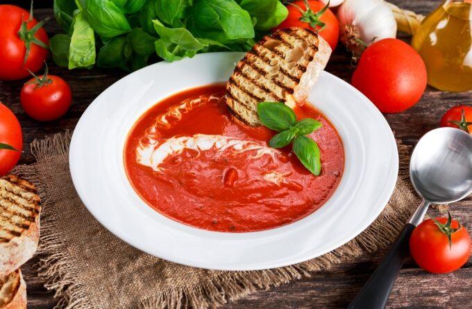 tomatnyj-sup-s-grenkami