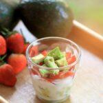 jogurtovyj-desert-s-avokado-klubnikoj-i-bananom