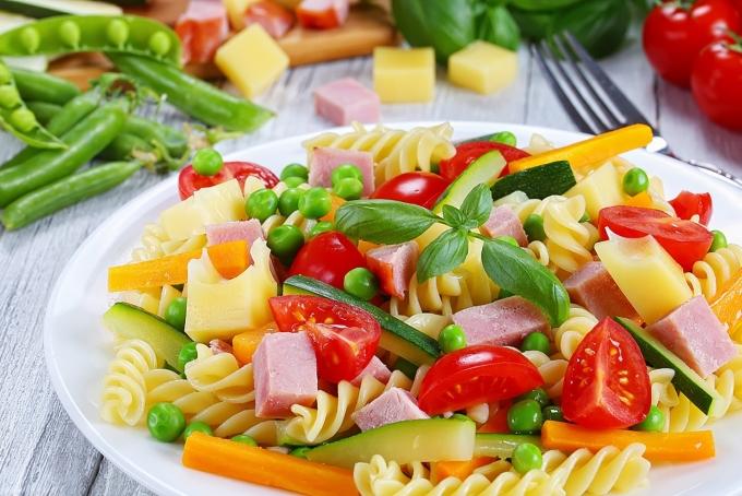 salat-s-makaronami-vetchinoj-i-ovoshami
