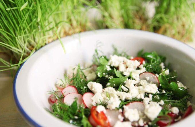 salat-s-redisom-pomidorami-i-syrom-feta