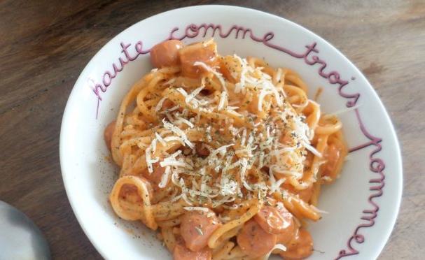 spagetti-s-sosiskami-s-gorchichnym-sousom