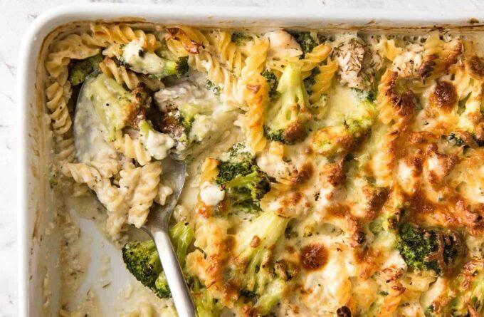 zapekanka-s-makaronami-semgoj-i-brokkoli