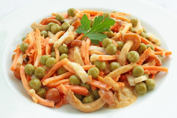 Салат из корейской моркови с грибами и ветчиной