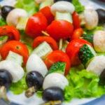 grecheskij-salat-na-shpazhkax