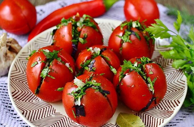 malosolnye-pomidory-s-chesnokom-i-zelenyu