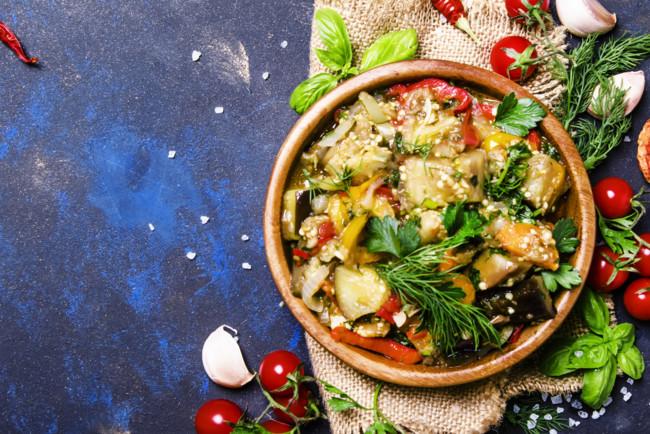ragu-iz-tushenyx-baklazhanov-pomidorov-i-percev