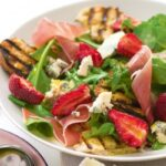 salat-s-klubnikoj-syrom-i-rukkoloj