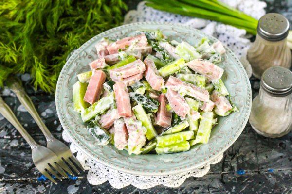 salat-s-vetchinoj-i-ogurcami