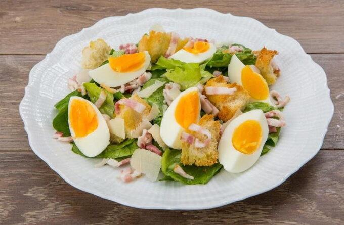 salat-s-yajcami-i-bekonom