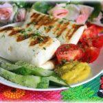 Сочные говяжьи котлеты и овощи в тортилье