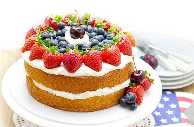biskvitnyj-tort-so-smetannym-kremom-i-yagodami