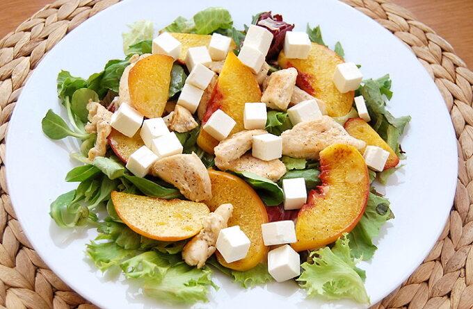 kurinyj-salat-s-persikom-i-syrom-feta
