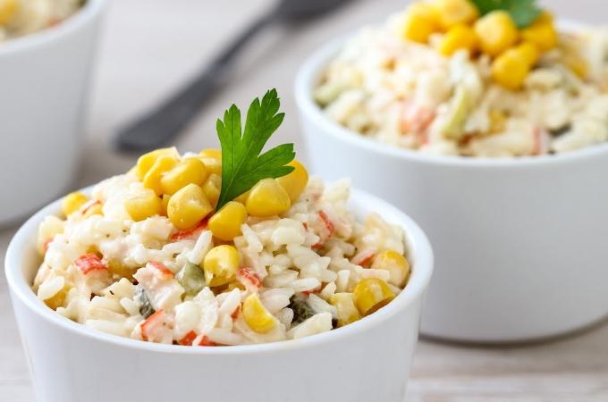 salat-s-krabovymi-palochkami-risom-i-kukuruzoj