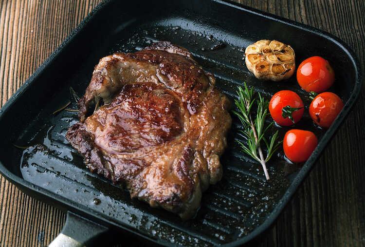 Ошибки, которые нельзя допускать, жаря мясо на сковороде