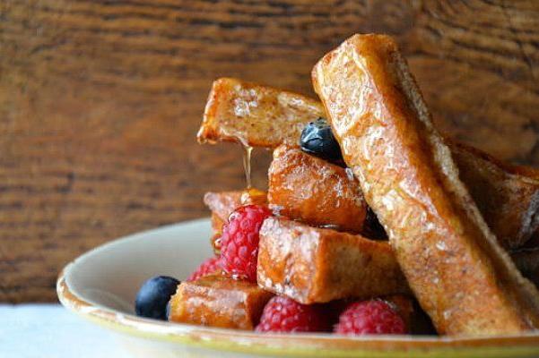 francuzskie-tosty-s-koricej-yagodami-i-medom