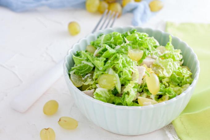 kurinyj-salat-s-vinogradom-i-syrom