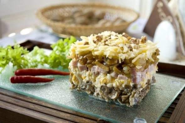 myasnoj-salat-s-gribami-i-orehami