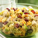 salat-s-makaronami-kuricej-i-vinogradom