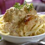 spagetti-s-frikadelkami-pod-slivochnym-sousom