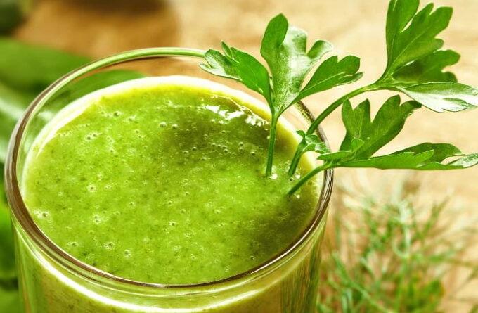 zelenyj-smuzi-s-ukropom-i-petrushkoj