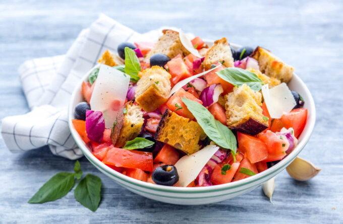 salat-s-ovoshami-syrom-i-suxarikami