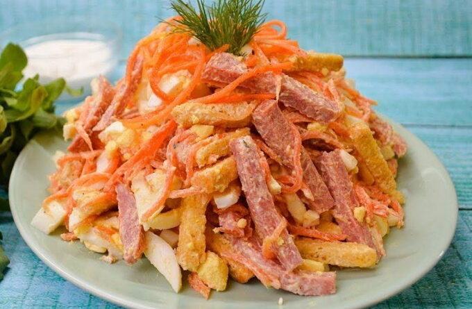 salat-s-kolbasoj-i-suxarikami