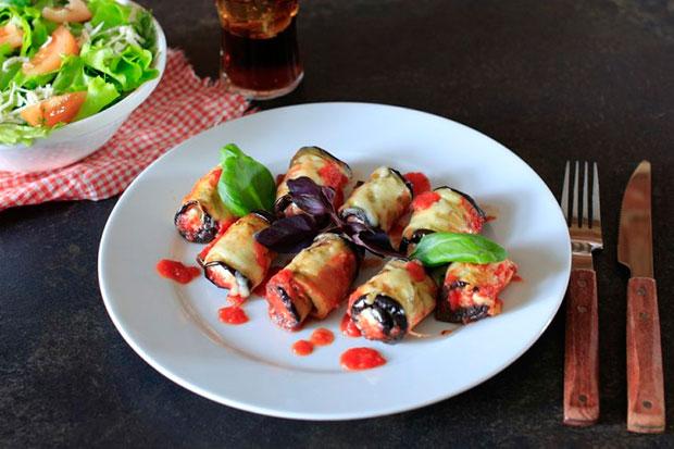 ruletiki-iz-baklazhan-s-pomidorami-i-smetanoj