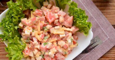 salat-s-krabovymi-palochkami-pomidorami-i-syrom