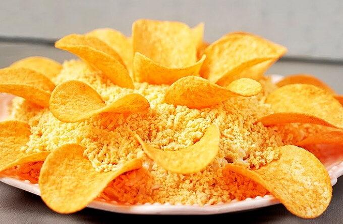 salat-xrizantema-s-chipsami
