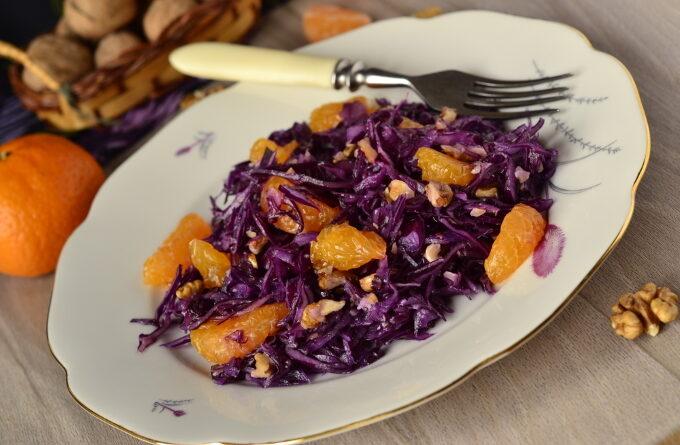salat-iz-krasnoj-kapusty-s-mandarinami-i-orexami