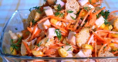 Salat-s-korejskoj-morkovyu-suxarikami-i-kukuruzoy