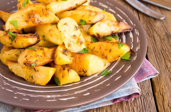 kartofel-zapechennyj-s-pripravami-i-zelenyu