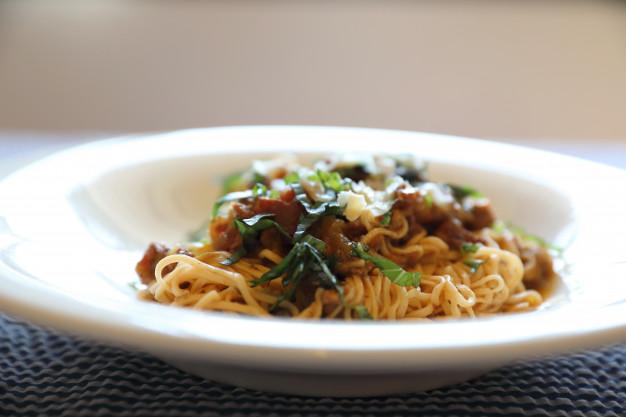 spagetti-s-myasom-i-syrom