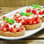 brusketta-s-pomidorami-syrom-i-zelenyu