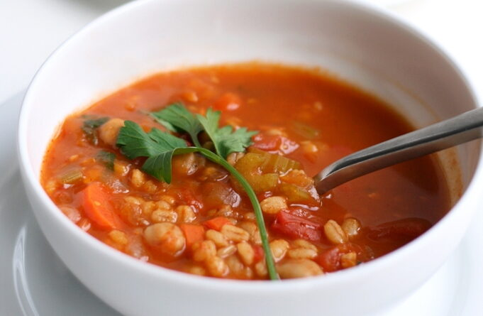 tomatnyj-sup-s-nutom-i-perlovkoj