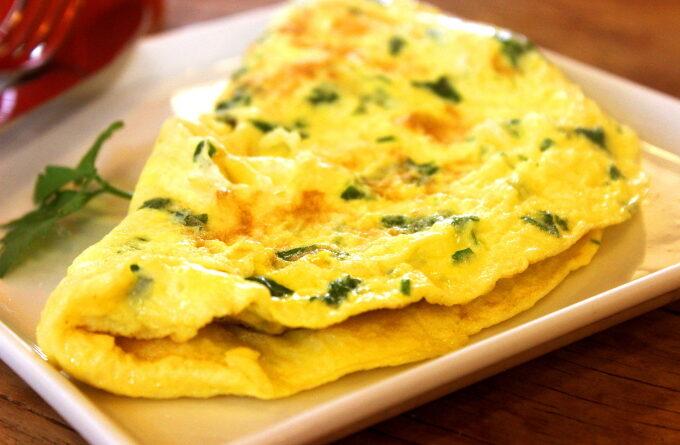 tvorozhnyj-omlet-s-lukom-i-zelenyu