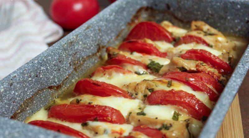 Инстаграм-рецепт: сочное куриное филе, запечённое кусочками с помидорами и сулугуни (проверено)