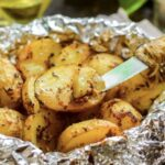 Запеченный молодой картофель с чесноком в фольге — пальчики оближешь