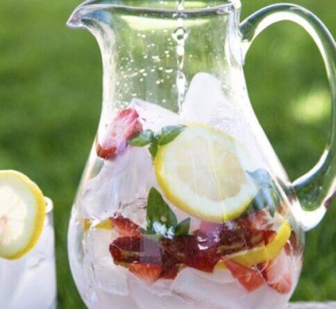 Освежающий напиток: Клубника, лимон ибазилик