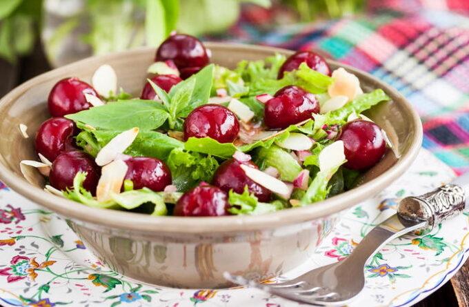 salat-s-syrom-i-chereshnej