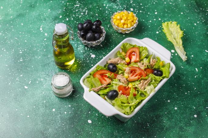 salat-s-tuncom-i-kukuruzoj
