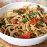 spagetti-s-seledkoj-i-pomidorami-cherri