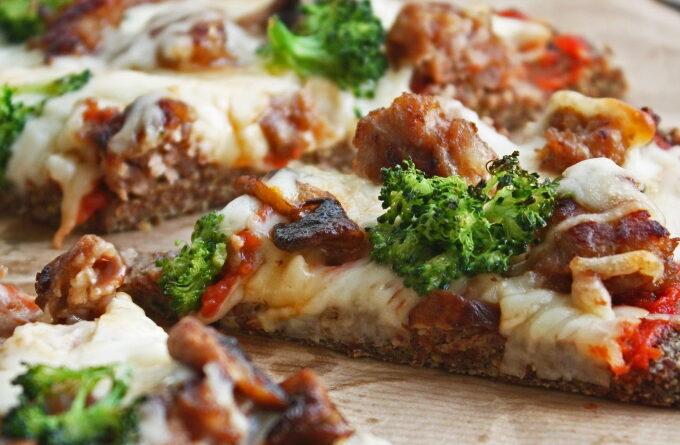 picca-iz-lnyanoj-muki-s-sosiskami-i-brokkoli