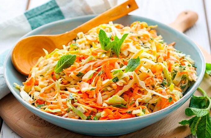 salat-iz-kapusty-s-yablokom-i-morkovyu