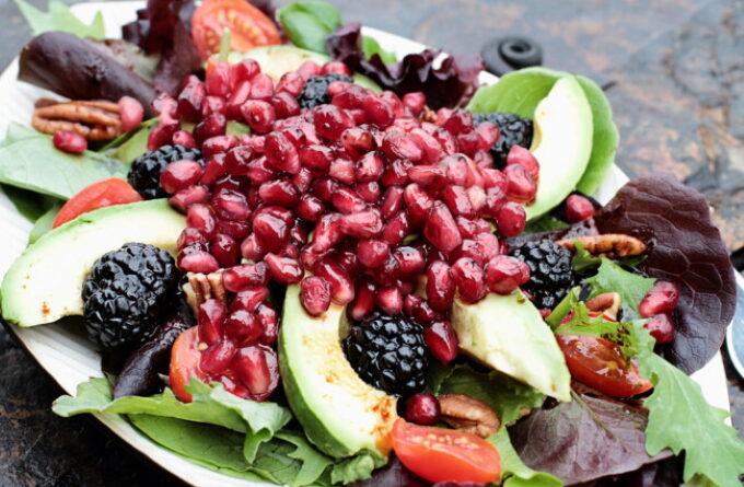 salat-s-avokado-granatom-i-ezhevikoj
