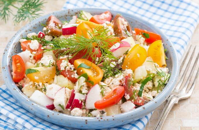 salat-s-redisom-pomidorami-i-tvorogom