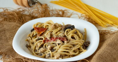 Spagetti-s-kuricej-i-vyalenymi-pomidorami