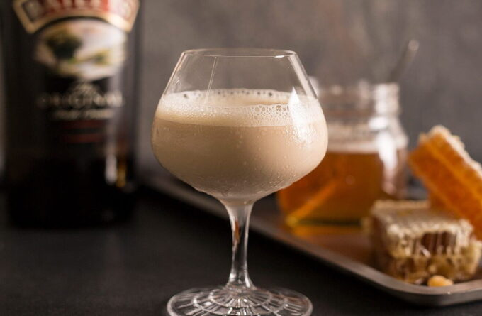koktejl-s-likerom-viski-i-medom