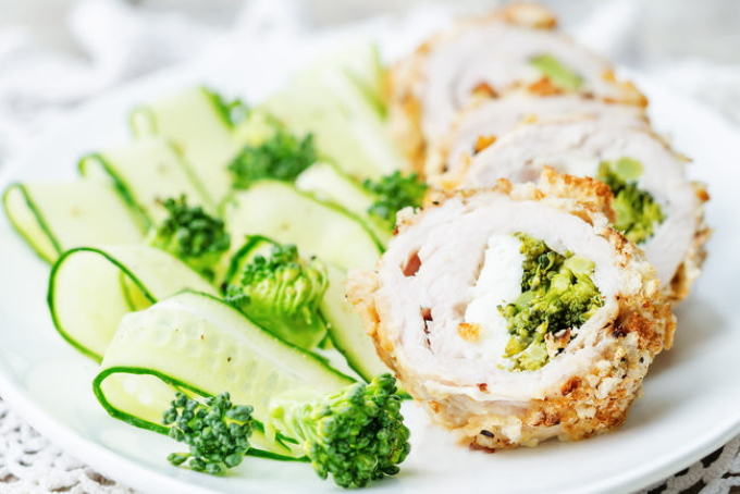 kurinye-ruletiki-s-brokkoli-i-syrom